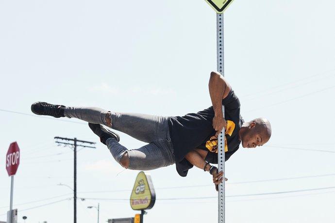 Street Pole Dance par Yoann Stoeckel